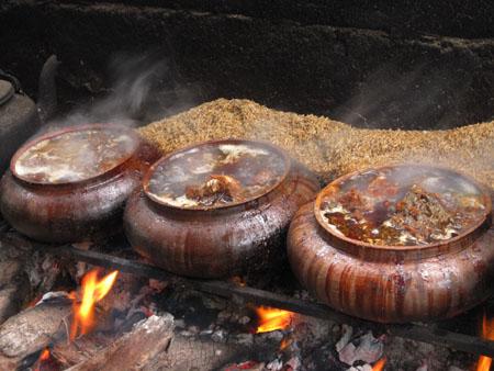 Cá kho Đại Hoàng được đun bằng củi nhãn và trấu