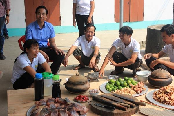 Ngày Tết, người dân làng Đại Hoàng lại tất bật chuẩn bị nguyên liệu và thức đem kho cá
