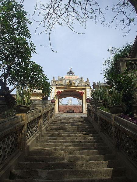 Nơi thờ vị thần linh thiêng đền độc cước nằm ngay hẻm núi gần biển